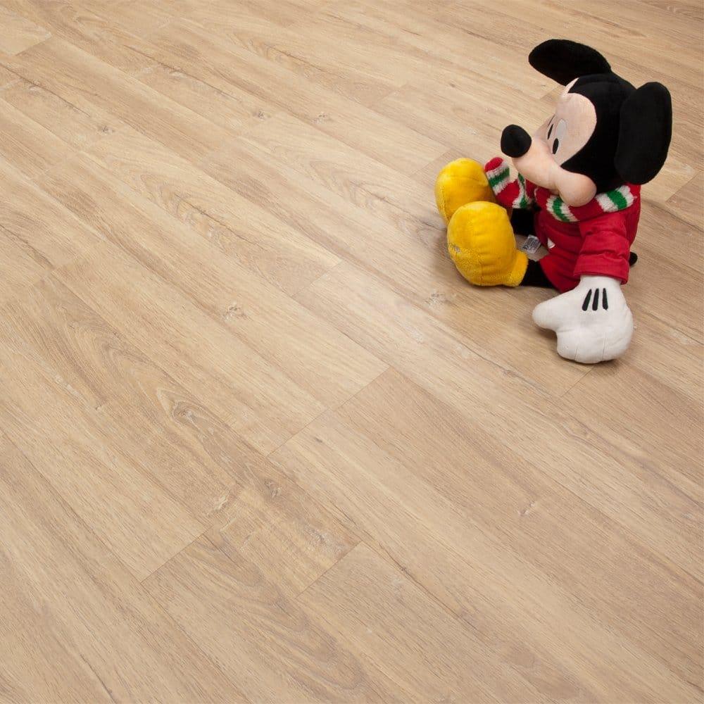 bề mặt sàn gỗ kaindl áo dòng sàn gỗ chịu nước tốt